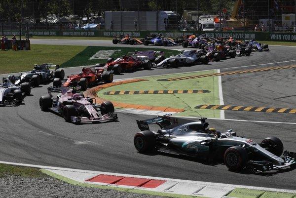 Hamilton vyštartoval z prvej pozície a drží si vedenie počas celého preteku.