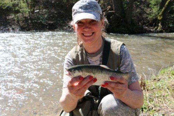 rybárka Emília Homolová prvého chyteného pstruha pustila. Pre šťastie.