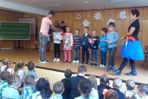 Prváčilov v Tvrdošíne privítali deviataci a triedna pani učiteľka.