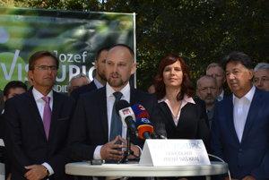 Jozef Viskupič kandiduje s podporou opozičných strán.