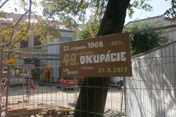 Pri Lipe slobody na Mierovom námestí zavesili pamätníci augustových udalostí zTrenčína spomienkovú tabuľu.