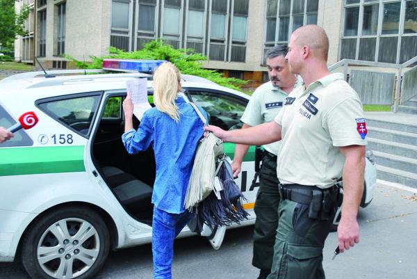 Obvinená z únosu. Pred sudkyňou hovorila, že to ľutuje.