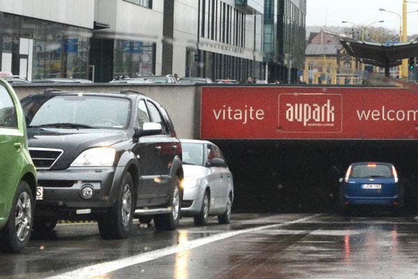 Problémový výjazd. Na zdržania pri odchode zAuparku sa sťažovali viacerí vodiči.