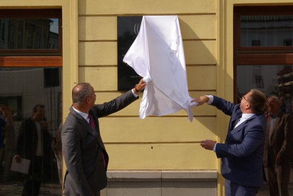 Primátor Ján Nosko a výkonný riaditeľ RTVS v Banskej Bystrici Miroslav Debnár odkrývajú pamätnú tabuľu pri príležitosti 60-ročného vysielania rozhlasu pod Urpínom.