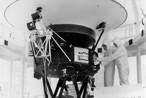 4. augusta 1977 pripevnili inžinieri Zlatú platňu na sondu Voyager 2. Platňa obsahuje zvuky a obrazy Zeme. Je určená pre prípadné mimozemské civilizácie, ktoré by sondu mohli objaviť.