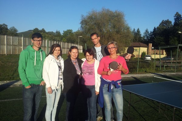 Bola spoločenská. Adriana (vpravo) s kolegami.