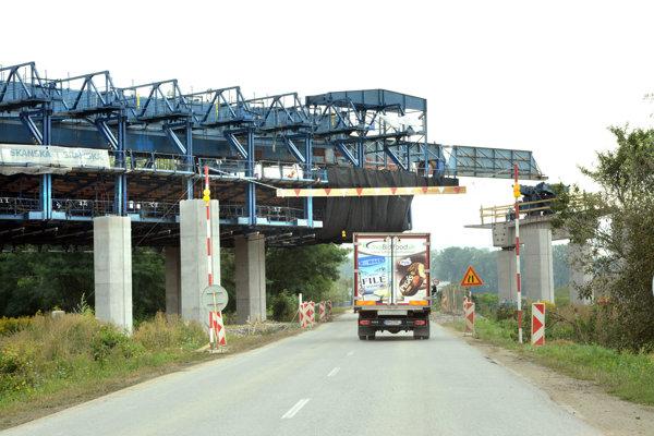 Most v pohybe. Prvá časť má byť dokončená v septembri, ďalšia v apríli.