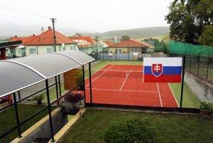 Ján Sikoriak z Tekovských Nemiec si vybudoval nohejbalové ihrisko vo vlastnej záhrade.