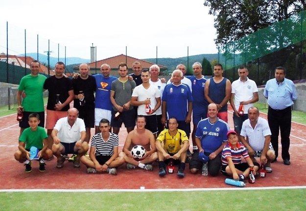 Spoločná fotografia účastníkov turnaja. Slovenskí reprezentanti sú v spodnom rade, zľava 4. a 5. v poradí.