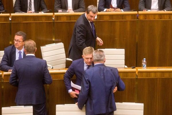 Robert Fico od začiatku za ministrom Richterom stál. Dokonca až natoľko, že SNS tvrdil, že pokiaľ zahlasujú za odvolanie Richtera, padne vláda.