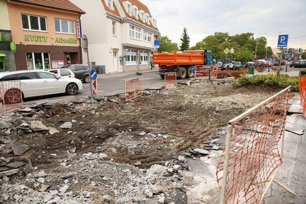 Na Radlinského zrekonštruujú chodník a pribudnú parkovacie miesta.