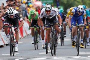 Peter Sagan (v strede) v šprintérskom súboji so súpermi.
