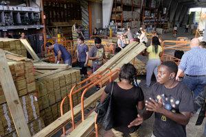 Ľudia nakupujú stavebný materiál, aby si pred hurikánom zabezpečili príbytky.