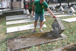 Hroby zarastené machom. Okolo sú hroby, ktoré boli vlani vyčistené suchým ľadom.
