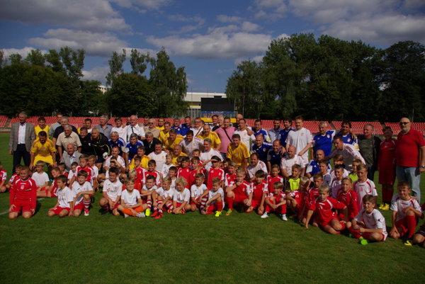 Na snímke všetky legendy Dukly Banská Bystrica aj Dukly Praha spolu s nastupujúcou generáciou futbalistov.