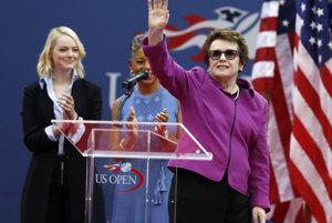 Billie Jean King (vľavo) máva divákom počas otváracieho ceremoniálu.
