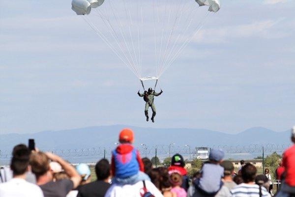 Návštevníci mohli sledovať aj zoskoky parašutistov.