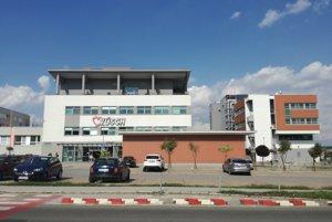 Vpravo nové diagnostické centrum.