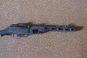 Samopal je z obdobia II. svetovej vojny.