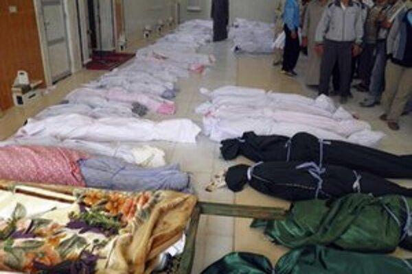Hromný pohreb obetí sýrskej armády v meste Húlá.