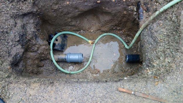 Oprava potrubia. Poškodené bolo na Minskej ulici.