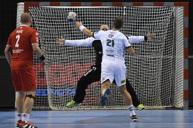 Na snímke vpravo gól strieľa Tomáš Číp (Tatran), vľavo Stanislav Pupík a v pozadí brankár Ladislav Kovačin (obaja MŠK) v dohrávke 1. kola Slovnaft Handball extraligy Tatran Prešov - MŠK Považská Bystrica.