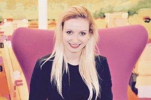 Xénia Dvorínová (28) vyštudovala žurnalistiku na Univerzite Komenského v Bratislave a dvojročný program zameraný na predaj a marketingový manažment v Dánsku. Niekoľko mesiacov praxovala v televízii Markíza a rádiu Viva, prispievala aj do motoristického časopisu Goldcar. V roku 2005 bola vicemajsterkou Slovenska v štandardných tancoch. Žije v Londýne, kde štyri roky pracuje ako realitná maklérka.