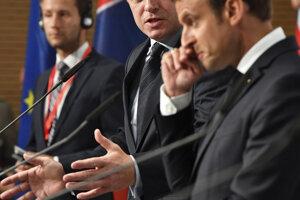 V popredí francúzsky prezident Macron, v pozadí slovenský premiér Fico.