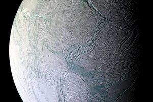 Tektonické platne geologicky aktívneho mesiaca Enceladus. Na zábere je vidieť aj krátery a rozvrásnený terén.