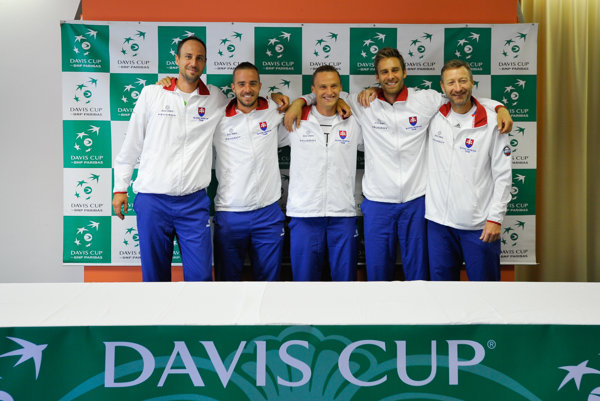 Zľava: Slovenskí tenisti Igor Zelenay, Andrej Martin, Jozef Kovalík, Norbert Gombos a kapitán tímu Miloslav Mečíř.
