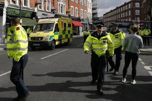 Polícia a záchranári prichádzajú na miesto výbuchu.
