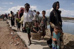 Saiful Rahman s rodinou prechádzajú okolo rieky Naf na hranici Barmy a Bangladéša.