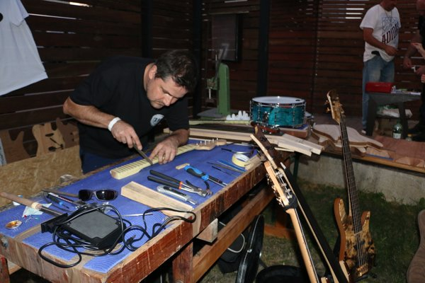 Miroslav Moskaľ zMichaloviec pri ručnej výrobe gitary.
