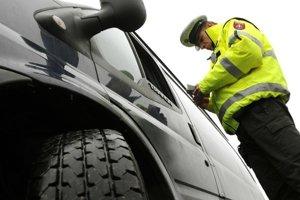 Policajti mužom namerali po nehode alkohol.