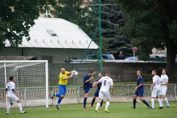 Tovarníky porazili Vydrany 2:1. Oporou v domácej bránke bol Ivan Mikuláš (v žltom).