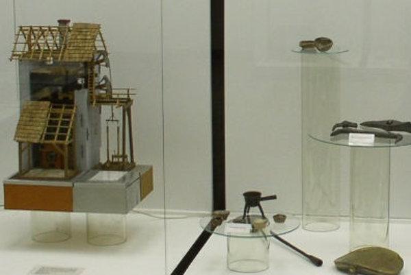 Repliku stroja má vo svojej expozícii Pohronské múzeum v Novej Bani.