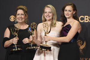 Herečky zo seriálu The Handmaid´s Tale, zľava Ann Dowd, Alisabeth Moss a Alexis Bledel pózujú s cenami