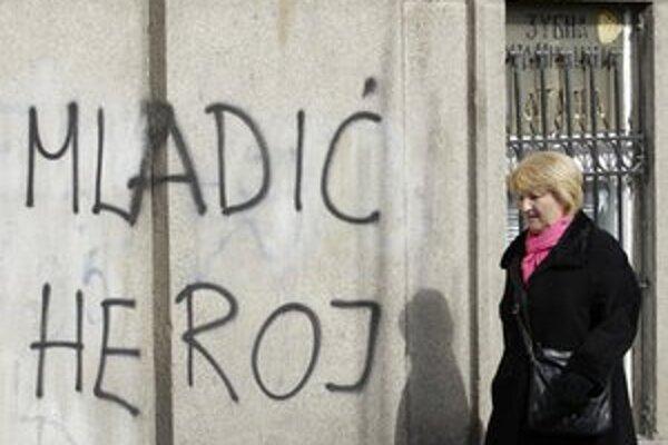 Mladič je hrdina, píše sa na stene v Belehrade.