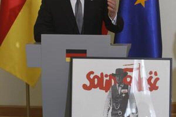 Poliaci si nemeckého prezidenta Gaucka uctili ako bojovníka za slobodu plagátom Solidarity z roku 1989.