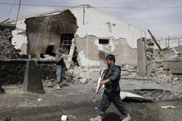 Afganská hliadka na mieste útoku v Kábule.