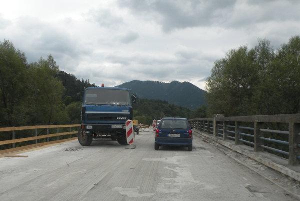 Počas rekonštrukcie Petranského mosta dochádza ku kolíziám.