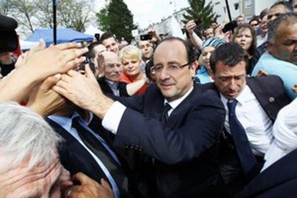 Francois Hollande uprostred svojich prívržencov.