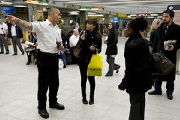 Ochranka naviguje cestujúcich von z metra.