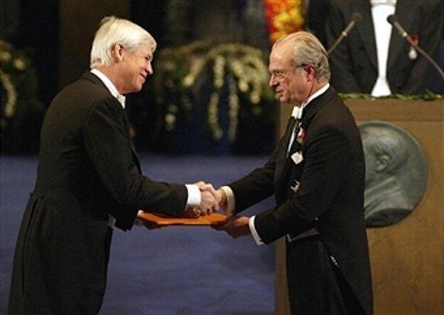 Robert F. Engle (vľavo) preberá Nobelovu cenu z rúk švédskeho kráľa.