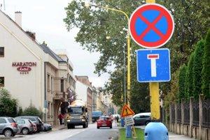 Nesprávne značenie. Značka, ktorá zavádza motoristov, bola na Strojárenskej aj skoro mesiac po dokončení stavebných prác.