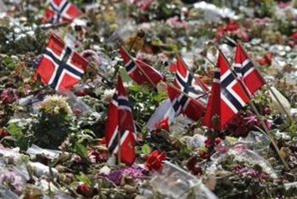 Kvetmi a nórskymi vlajkami vyzdobené pietne miesto na pamiatku obetí brutálneho útoku v nórskej metropole a na ostrove Utöya pred katedrálou v Oslo.