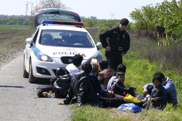 Polícia koncom apríla zadržala na hraniciach s Rakúskom niekoľko osôb, ktoré podľa predbežných zistení pochádzajú z Afganistanu, Iraku, Pakistanu a ďalších krajín.