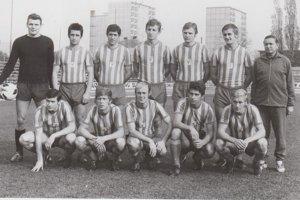 Zaspomínajú si na slávnu éru VSS. Tím VSS Košice zroku 1969. Niekoľkí jeho členovia vybehnú dnes na ihrisko. Vdolnom rade druhý zľava Jozef Štafura.