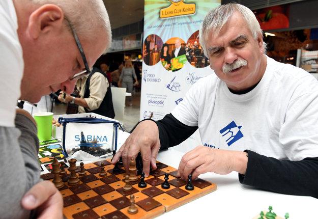 Súčasťou programu verejnej zbierky Biela pastelka bola aj šachová partia, ktorú si zahral nevidiaci Milan Sabovík (vpravo).