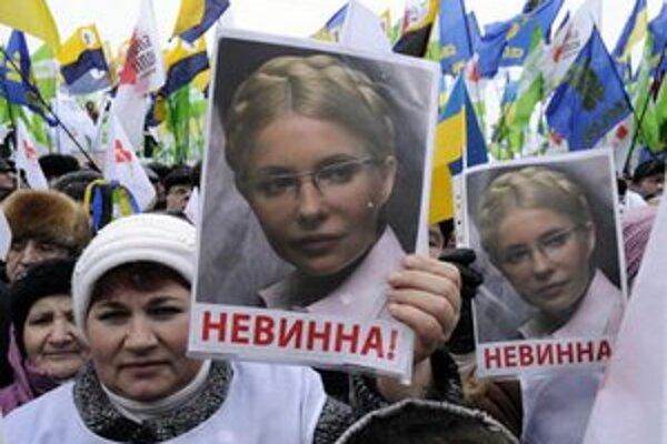 """Stúpenci Tymošenkovej s nápismi """"Nevinná""""."""